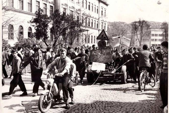 iz-zbirke-fotografija-dan-vozaca-u-tuzli-ispred-stare-gimnazije-1961-godine.xxoh1e173f34aeaec14b86abd8f443456b48oe5CEF224D